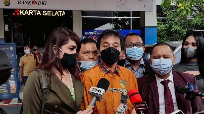Roy Suryo didampingi oleh kuasa hukumnya seusai melaporkan Ferdinand Hutahaean atas tindakan pencemaran nama baik dan fitnah soal cuitan 'Mantan Menteri Sebodoh ini' di Polda Metro Jaya, Jakarta, Senin (20/9/2021)