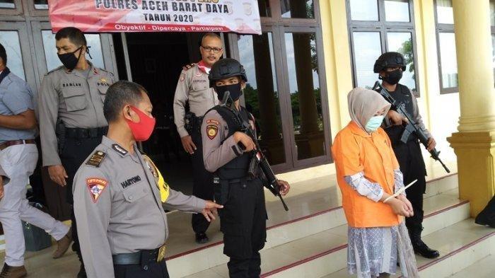 Pakai Rompi Tahanan, Vina Pegawai Bank BUMN yang Gelapkan Uang Nasabah Miliaran Rupiah Tertunduk