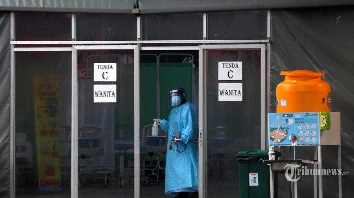 Petugas kesehatan beraktivitas di Rumah Sakit Lapangan Covid-19 Pemerintah Provinsi (Pemprov) Jawa Timur yang dibangun di Kompleks Gedung Pusat Penelitian dan Pengembangan Pelayanan Kesehatan, Kota Surabaya, Jawa Timur, Kamis (28/5/2020). Rumah sakit lapangan yang mempunyai daya tampung 200 orang dan bisa dimaksimalkan hingga 500 orang itu kini sudah beroperasi dan merawat pasien Covid-19. Surya/Ahmad Zaimul Haq
