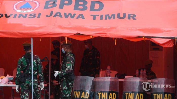 Petugas dari TNI AD berjaga di Rumah Sakit Lapangan Covid-19 Pemerintah Provinsi (Pemprov) Jawa Timur yang dibangun di Kompleks Gedung Pusat Penelitian dan Pengembangan Pelayanan Kesehatan, Kota Surabaya, Jawa Timur, Kamis (28/5/2020). Rumah sakit lapangan yang mempunyai daya tampung 200 orang dan bisa dimaksimalkan hingga 500 orang itu kini sudah beroperasi dan merawat pasien Covid-19. Surya/Ahmad Zaimul Haq
