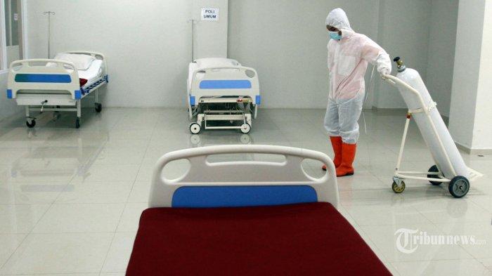 Petugas mempersiapkan ruangan rawat inap Pasien Covid-19 di Tower 8 Rumah Sakit Darurat Wisma Atlet Kemayoran, Jakarta Pusat, Selasa (15/6/2021). Tower 8  RSD Wisma Atlet Kemayoran dapat menampung 1.569 pasien Covif-19 dan dapat juga dipakai untuk ruang Isolasi Mandiri pasien tanpa gejala. Hal ini untuk persiapan bila ada meningkatnya pasien Covid 19 usai liburan lebaran (mudik). *Warta Kota/Henry Lopulalan)