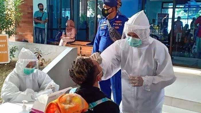 Warga satu RT di Gresik, Jawa Timur, menjalani lockdown setelah 11 orang dinyatakan positif Covid-19 dan saat ini menunggu hasil tes swab PCR 13 orang lainnya.