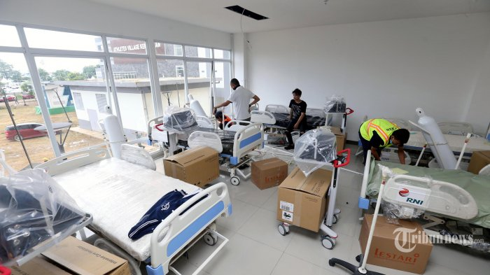 Para pekerja menyiapkan peralatan di Ruang ICU di Tower 7 Wisma Atlet yang menjadi Rumah Sakit Darurat Penanganan Covid-19, di Kemayoran, Jakarta Pusat, Minggu (22/3/2020). Ruangan di tower 7 lantai 1, 2, dan 3 Wisma Atlet dimodifikasi menjadi ruang ICU, radiologi, hingga farmasi. Rumah sakit ini siap dioperasikan pada Senin (23/3). Warta Kota/Alex Suban