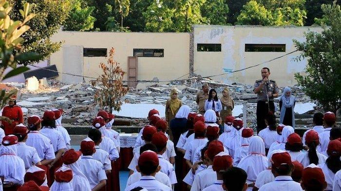 Senin (15/7/2019) hari ini merupakan hari pertama siswa masuk sekolah. Namun di SMPN 1 Semarang, hari pertama masuk sekolah diwarnai puing-puing bangunan sekolah yang dirobohkan.