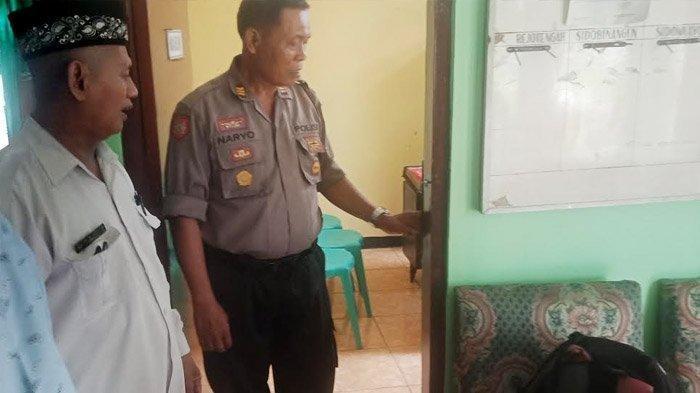 Pintu utama ruang kantor Kepala KUA Kecamatan Deket, Lamongan yang dibobol pencuri, Selasa (21/1/2020).