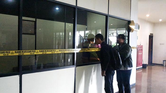 Pria Mengaku Wakil Nabi Pecahkan Kaca Ruangan Ketua DPRD Lampung