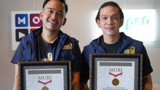 Ruben Onsu dan Jordi Onsu saat menerima penghargaan dari rekor MURI sebagai Pelopor Siaran Langsung Podcast Berbayar Genre Horor dan Siaran Langsung Podcast Berbayar Genre Horor Penonton Terbanyak atas podcast Untold Story Jilid II