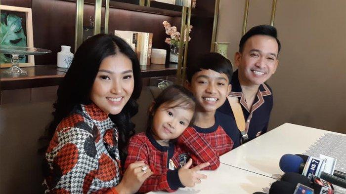 Ruben Onsu, Sarwendah dan kedua anak mereka usai menggelar makan malam sebagai perayaan hari Natal di kawasan Wijaya, Jakarta Selatan, Rabu (25/12/2019).