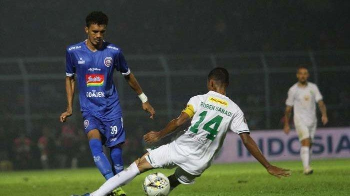 Ruben Sanadi, bek Persebaya Surabaya menghadapi laju bek Arema FC, Alfin Tuasalamoni. Penyebab Persebaya Surabaya Kalah Atas Arema FC 0-2 di Final Leg Kedua Final Piala Presiden 2019.