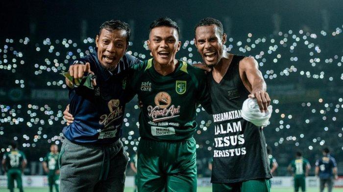 Ruben Sanadi (kanan) bersama Rachmat Irianto dan Bejo Sugiantoro berfoto setelah pertandingan