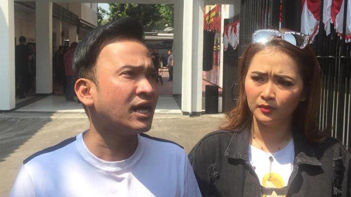 Ruben Onsu dan Vega Darwanti di Ditresnarkoba Polda Metro Jaya, Jakarta Pusat, Kamis (25/7/2019).