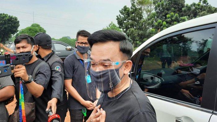 Beri Semangat untuk Sahabat, Ruben Onsu Ikut ke Pemakaman Ayah Ivan Gunawan