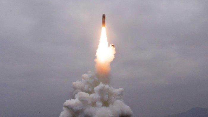 Rudal balistik Korea Utara, Pukguksong-3, yang diluncurkan dalam mode vertikal, Rabu (2/10/2019).