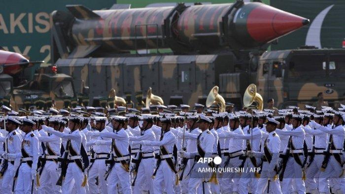 Tentara Angkatan Laut Pakistan berbaris melewati rudal balistik jarak jauh Shaheen III selama parade militer Hari Pakistan di Islamabad pada tanggal 23 Maret 2016. Hari Nasional Pakistan memperingati disahkannya Resolusi Lahore, ketika sebuah negara terpisah untuk Muslim Kerajaan India Britania diminta pada tanggal 23 Maret 1940.