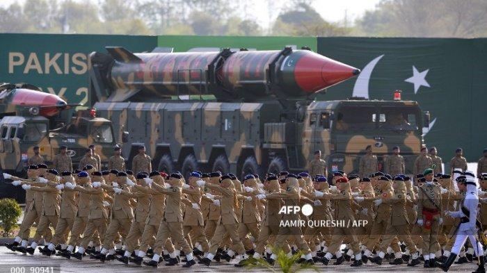 Personel Korps Medis Angkatan Darat Pakistan berbaris melewati rudal balistik jarak jauh Shaheen III selama parade militer Hari Pakistan di Islamabad pada tanggal 23 Maret 2016. Hari Nasional Pakistan memperingati disahkannya Resolusi Lahore, ketika sebuah negara yang terpisah untuk Muslim Indian Inggris Kekaisaran diminta pada tanggal 23 Maret 1940.