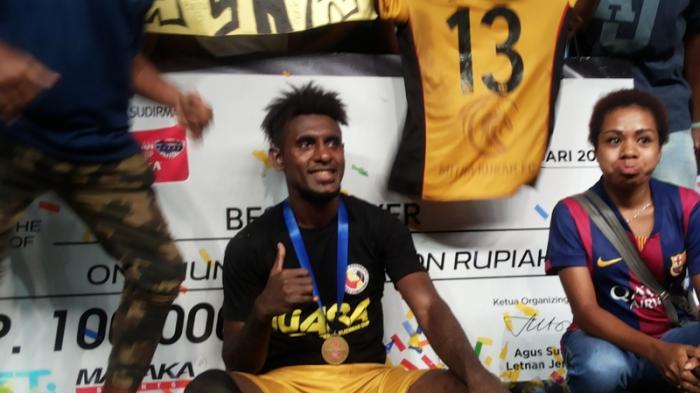 Bek Mitra Kukar, Rudolof Yanto Basna jadi pemain terbaik Piala Jenderal Sudirman 2015.