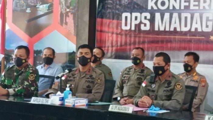 Kapolda Sulteng Irjen Pol Rudy Sufahriadi (dua dari kiri) saat memberikan keterangan pers tewasnya Panglima Teroris Poso Ali Kalora, Minggu (19/9/2021) siang.
