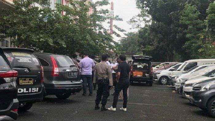 Seorang pria diduga korban tembak ditemukan meninggal dunia di depan sebuah Ruko Royal Gading Square, Pegangsaan Dua, Kelapa Gading, Jakarta Utara, Kamis (13/8/2020).