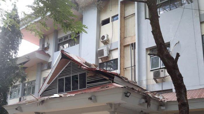 Rumah berantakan akibat gempa di Ambon