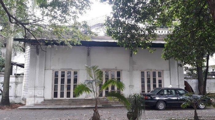 Tampak depan rumah bergaya kolonial milik Menteri Luar Negeri Pertama Achmad Soebardjo pada Sabtu (17/4/2021) - Rumah tua berlanggam kolonial di tepi Jalan Cikini Raya masih berdiri kokoh di tengah pembangunan modern. Pemilik rumah itu mendiang Achmad Soebardjo.