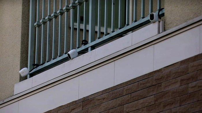 Kamera pengamanan (CCTV) dipasang pihak kejaksaan Jepang di rumah Carlos Ghosn di Minato-ku Tokyo untuk memonitor gerak Ghosn setiap harinya.