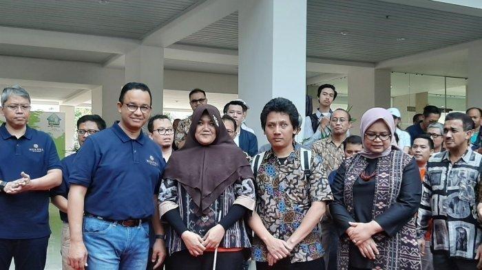 (mulai dari kiri), Gubernur Jakarta Anies Baswedan, penyandang disabilitas yang mendapat rumah DP nol persen, Tihana, dan Firman, saat acara festival DP Nol Rupiah 'Ini Rumah Gue', di lokasi, Sabtu (31/8/2019).
