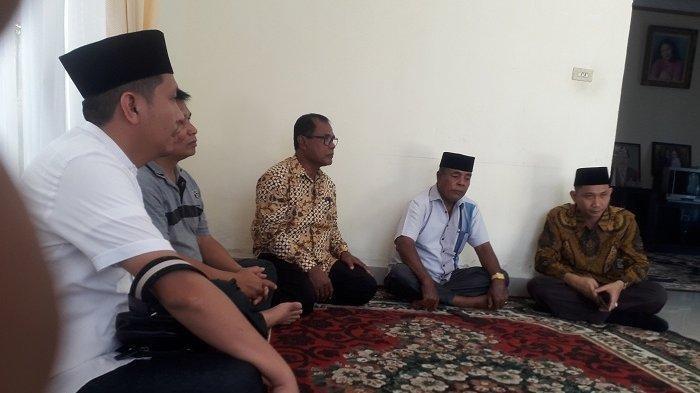 Ketua PN Suka Makmue, Arizal Anwar (kanan) dan Humas PN Suka Makmue melayat ke rumah duka almarhum Jamaluddin, di Desa Suak Bilie, Suka Makmue, Kabupaten Nagan Raya, Sabtu (30/11/2019). SERAMBINEWS.COM/RIZWAN