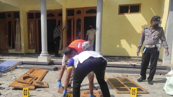 Rumah milik Lahuri di Ponorogo hancur terkena ledakan balon udara berisi petasan, Jumat (6/8/2021).