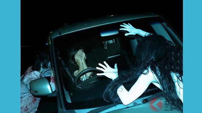 Hantu bergentayangan di sekitar mobil selama 30 menit di Rumah Hantu (obake yashiki) Drive-in di Tokyo.