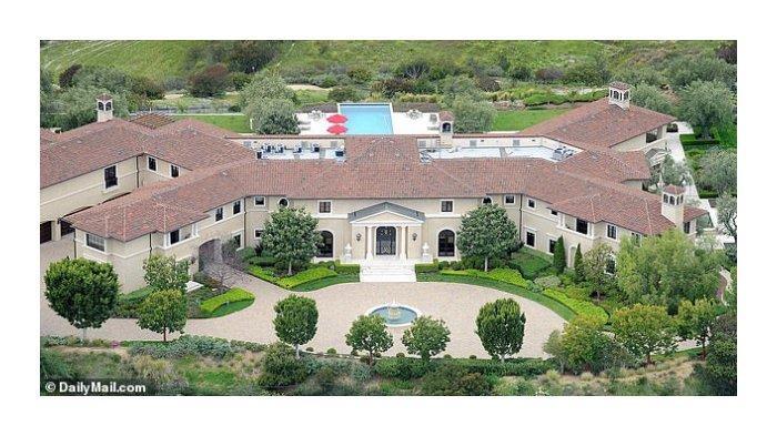 Rumah Tyler Perry, tempat Harry dan Meghan tinggal, seluas 24.545 kaki persegi memiliki delapan kamar tidur. Rumah tersebut dikabarkan berharga sewa £ 200.000 atau sekitar Rp 3,7 miliar per bulan.