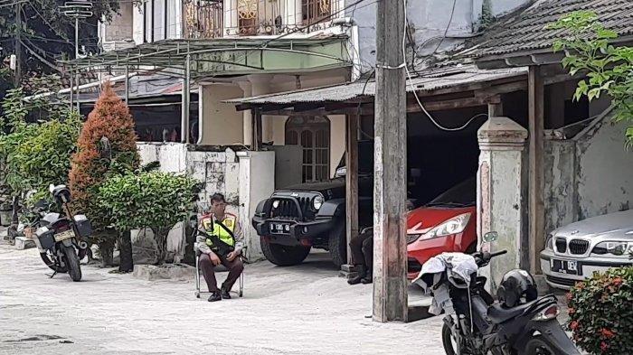 Personel kepolisian melakukan penjagaan di kediaman John Kei Perumahan Tytyan Indah, Kecamatan Medan Satria, Kota Bekasi, Senin, (22/6/2020)