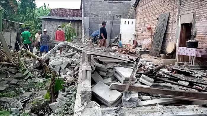 Rumah milik Kadelan (53), warga Desa Jabon, Kecamatan Kalidawir, yang ambruk oleh gempa yang mengguncang Kabupaten Tulungagung, Jawa Timur, Sabtu (10/4/2021) siang.