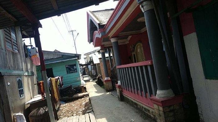 Rumah keluarga DP yang berlokasi di Jalan KH Azhari Taman bacaan RT.06 RW. 03 Kelurahan Tangga Takat Plaju kota Palembang ini terlihat sepi, Sabtu (11/5/2019). TRIBUNSUMSEL.COM/SHINTA ANGGRAINI