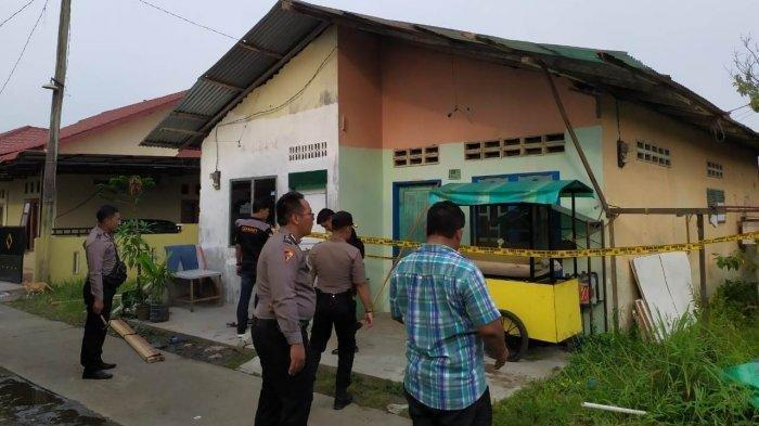 Rumah kontrakan dari Rabbial Muslim Nasution yang dipasang police line oleh polisi. TRIBUN MEDAN/M ANDIMAZ KAHFI