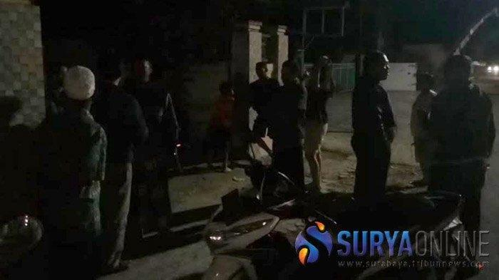 Warga berkumpul di depan rumah kontrakan salah seorang terduga teroris, KJW di Lingkungan Jatimalang, Kelurahan Sentul, Kota Blitar, Jumat (23/8/2019). SURYA.co.id/Samsul Hadi