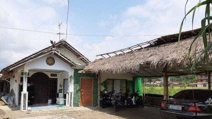 Rumah kontrakan Raja Keraton Agung Sejagat Toto Santoso di RT 05/RW 04 Dusun Berjo Kulon, Desa Sidoluhur, Kecamatan Godean, Kabupaten Sleman digeledah polisi, Rabu (15/1/2020) dini hari.