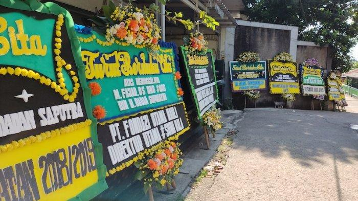 Kediaman Kopilot Rimbun Air, Muhammad Fajar di Kampung Rawa Lele, RT 03/13, Jatimakmur, Bekasi. Karangan bunga dukacita untuk almarhum telah memadati kediaman almarhum