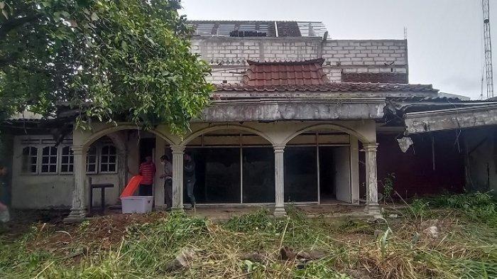 Rumah Kosong Milik Legenda Srimulat Pak Teguh Diduga Jadi Sarang Ular, Warga Temukan Piton 3,5 Meter