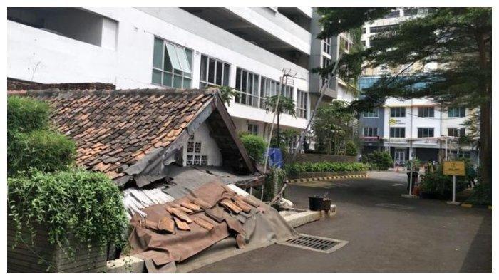 Rumah Lies (64) berada di tengah gedung Apartemen Thamrin Exclusive Residence. Sejak 2012, dia menolak tawaran pengembang yang ingin membeli rumahnya.