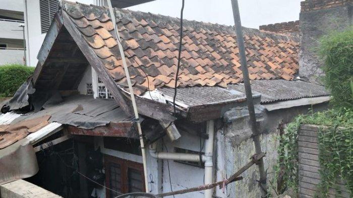 Kondisi Rumah Ibu Lies yang dikelilingi bangunan apartemen Thamrin Executive, Jalan Kebon Melati, Jakarta Pusat, Sabtu (20/9/2019).