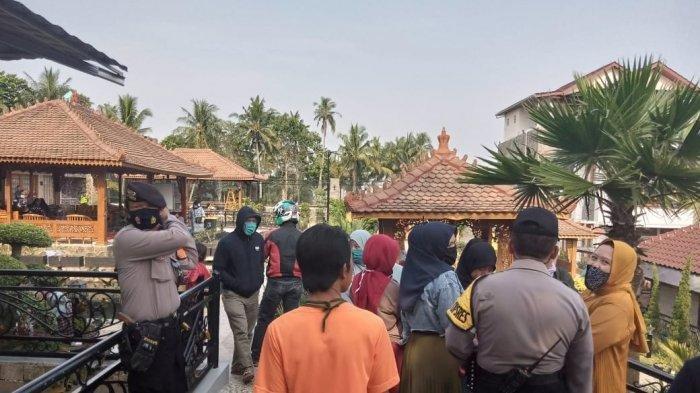 Sebuah rumah mewah di Kampung Limbangan, Desa Limbangansari, Kecamatan Cianjur digeruduk ratusan warga yang diduga menjadi korban penipuan arisan Lebaran, Jumat (31/7/2020) sore.
