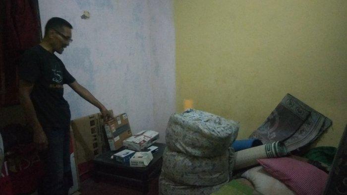 Paman terduga teroris menunjukkan kamar yang sempat ditempati Wawan (40) di rumahnya terletak di RT 4/RW 07 Kelurahan Ledok, Kecamatan Argomulyo, Kota Salatiga, Jumat (27/9/2019). Tribun Jateng/M Nafiul Haris