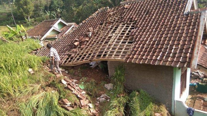 Rumah pengantin baru yang tertimbun longsor di Cianjur.