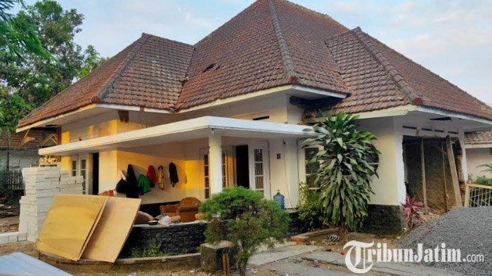 Rumah yang pernah ditinggali Bung Tomo yang terletak di Jalan Ijen No 6 Kota Malang kini sedang direnovasi. Selasa (8/10/2019). Kabarnya, rumah tersebut kini telah dijual ke orang lain. SURYA MALANG.COM/RIFKI EDGAR