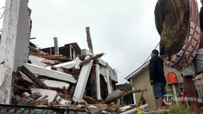 Sejumlah rumah di Sukabumi runtuh akibat gempa, Selasa (10/3/2020). Gempa dengan magnitudo 4,9 dua kali mengguncang wilayah Sukabumi, Jawa Barat, pada pukul 17.18 sore. TRIBUNNEWS/HO/BNPB