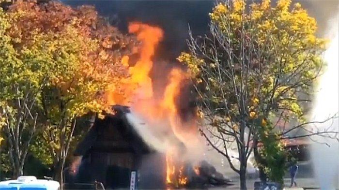 Rumah yang terbakar dengan api yang sedang membara sore ini (4/11/2019) di Shirakawago.
