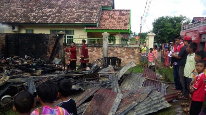 Diduga Bersumber dari Ledakan Petasan, Rumah dan Gudang Milik  Rahman Terbakar