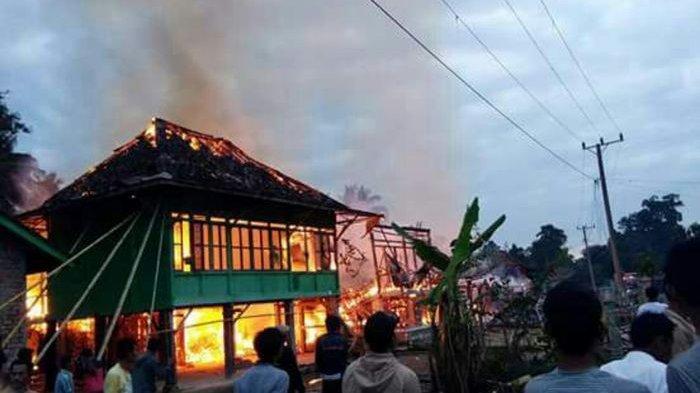 Ditinggal Makan Pecel di Warung, Rumah Elit Terbakar