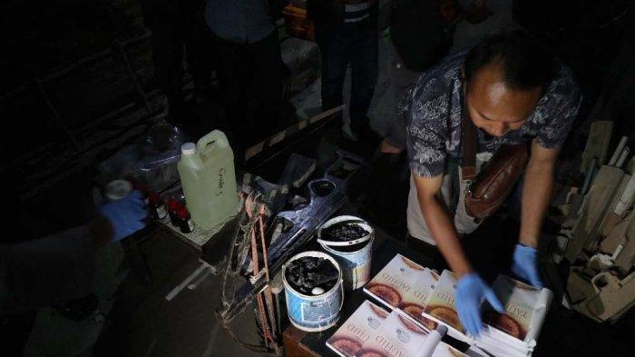 Polisi mengumpulkan sejumlah barang bukti, yakni cairan kimia, bahan peledak, anak panah, busur panah, senjata rakitan, senjata angin, buku panduan, dan arang dari rumah terduga teroris di Jamblang Cirebon. Tribun Jabar/Hakim Baihaqi