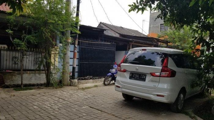 Suasana rumah Senlin (cat biru) yang viral setelah aksi oknum polisi menodongkan pistol dan terekam kamera CCTV di perumahan Duta Asri Jatiuwung 3, Kecamatan Karawaci, Kota Tangerang, Jumat (6/9/2019).